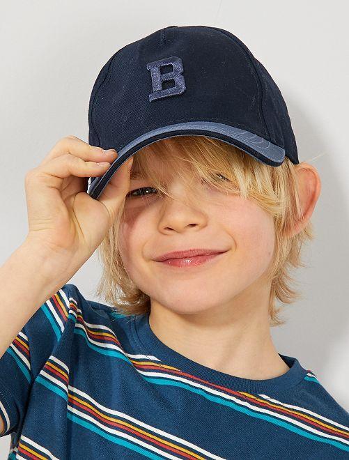 Cappellino lettera ricamata                                         blu