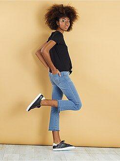 Jeans kick flare sfilacciati sul fondo gamba