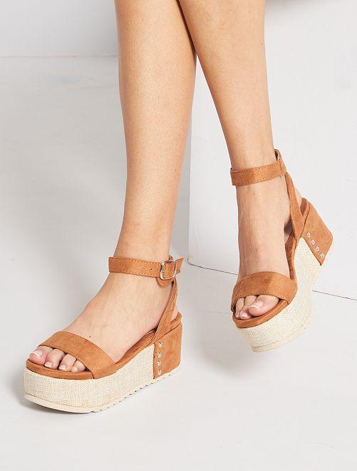 Sandali con platform in finto camoscio                                         cammello