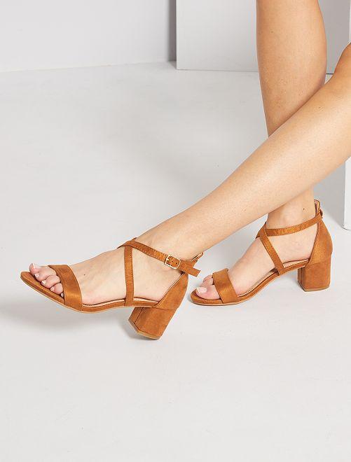 Sandali in pelle scamosciata                                         cammello