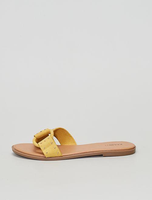 Sandali in pelle scamosciata con borchie.                                         GIALLO