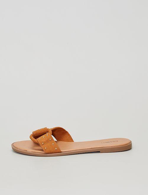Sandali in pelle scamosciata con borchie.                                         MARRONE