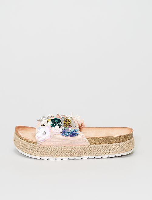Sandali in tessuto con ciondoli sulla tomaia                             rosa