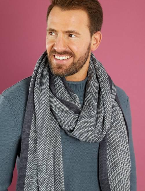 Foto della sciarpa panna: @Design by KCN Team Non so voi, ma alcuni dei miei motivi preferiti da realizzare a maglia, sono i modelli traforati. Li trovo molto morbidi, freschi e si lavorano abbastanza velocemente rispetto alle classiche maglie piene.