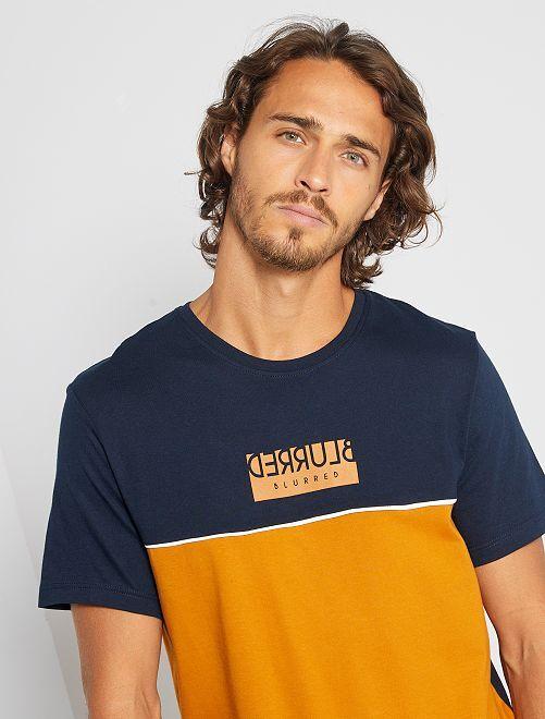 T-shirt color block con scritta                                                                 MARRONE